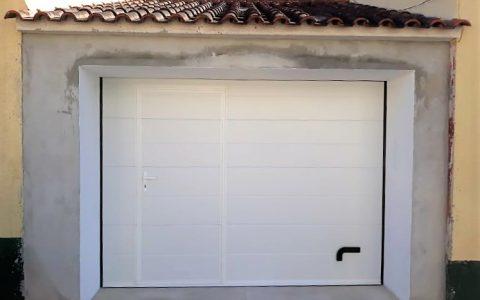 portão branco com porta