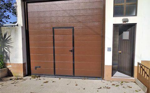 portão castanho com porta