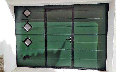 portão verde com porta